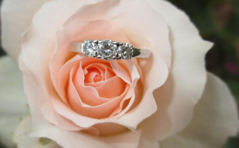 Na jakie pierścionki zaręczynowe warto postawić?