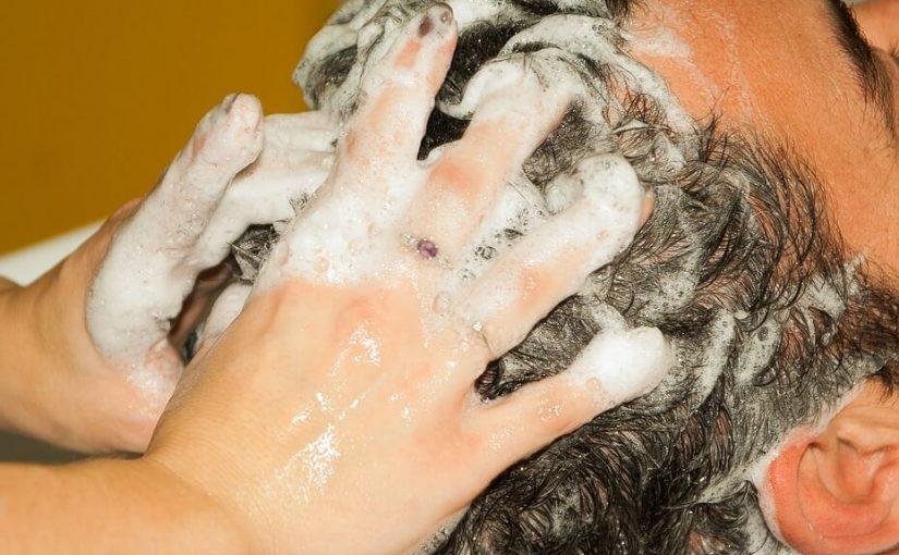 Prawidłowa pielęgnacja skóry głowy z użyciem szamponu