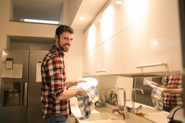 Szczęśliwe naczynia dzięki płynom do mycia